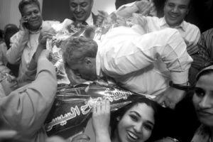 在埃及首都开罗,一名埃及男子得知塞西当选总统后亲吻塞西头像海报以示庆祝