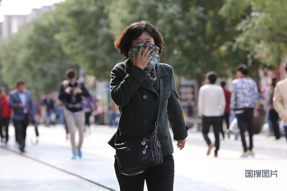 北京大风蓝色预警持续实拍风中市民众生相