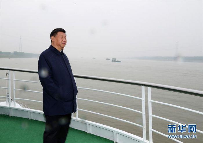 这是座谈会前,习近平于25日上午乘船沿江察看两岸生态环境和发展建设情况。