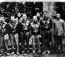 1号机成员与中国官员合影,左三为何应钦