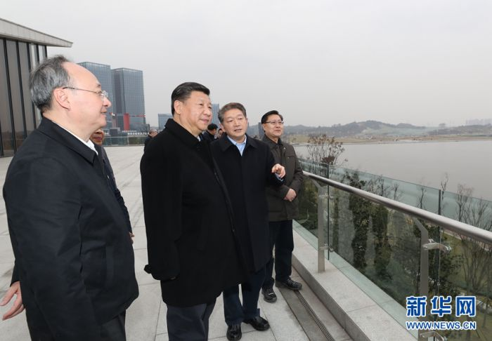 这是2月11日下午,习近平在成都天府新区考察。