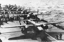 大黄蜂号上准备就绪的B-25轰炸机