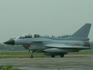 歼-10 双座型,为了保证后座视界,后座提高了不少