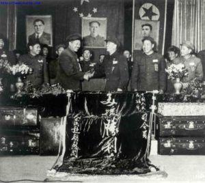 第三届赴朝慰问团总团长贺龙(左三)向志愿军司令部献旗。左四为邓华,左二为杨得志,左五为李达