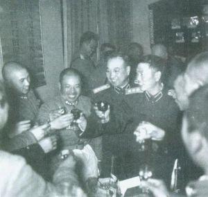 1955.11邓华与陈赓大将一道向参加演习的战士敬酒