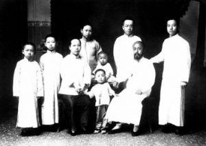 沈钧儒(右二)全家合影