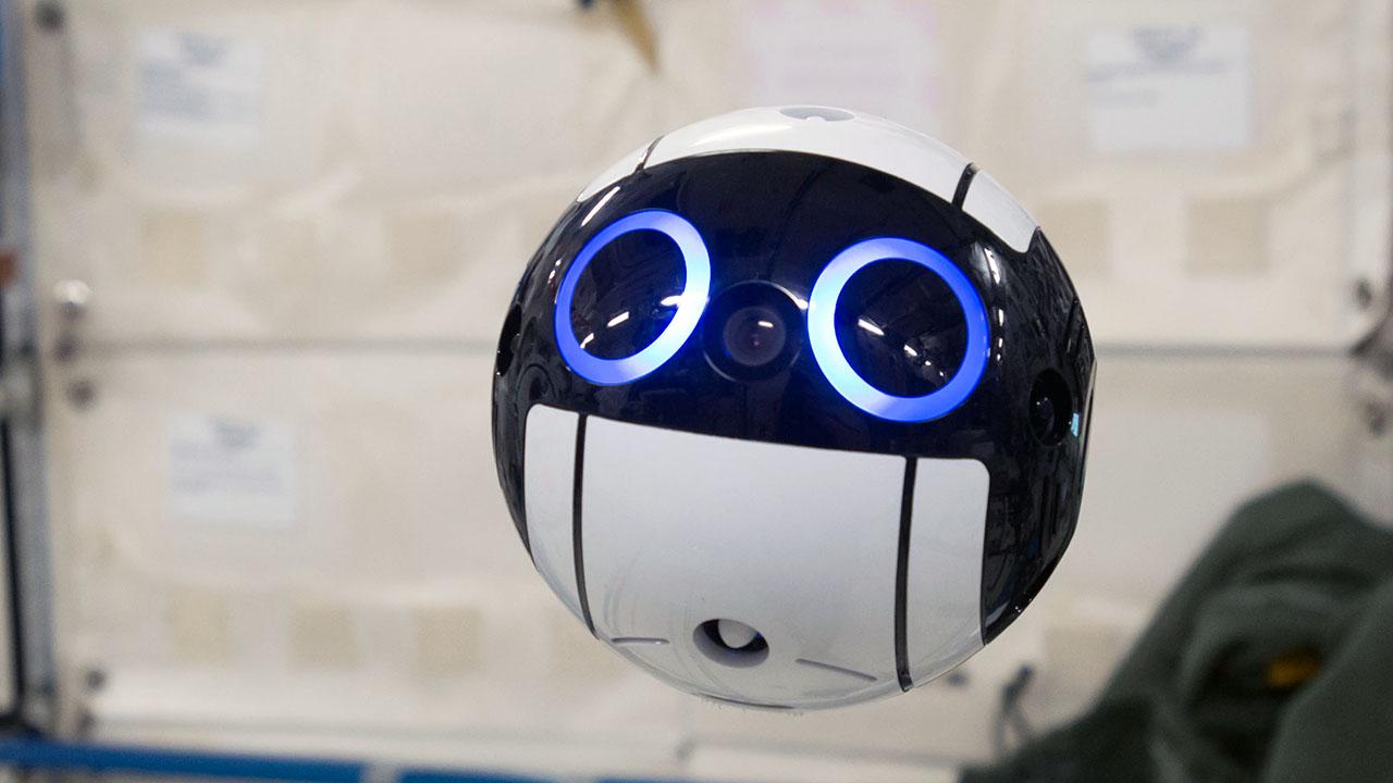 日球形机器人成太空摄影师