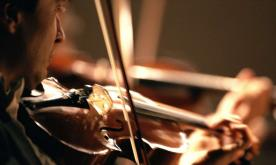 Australian violinist plays for breast cancer patients