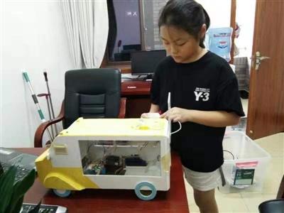 夏季儿童被困车内咋办?德阳小学生发明自动报警系统