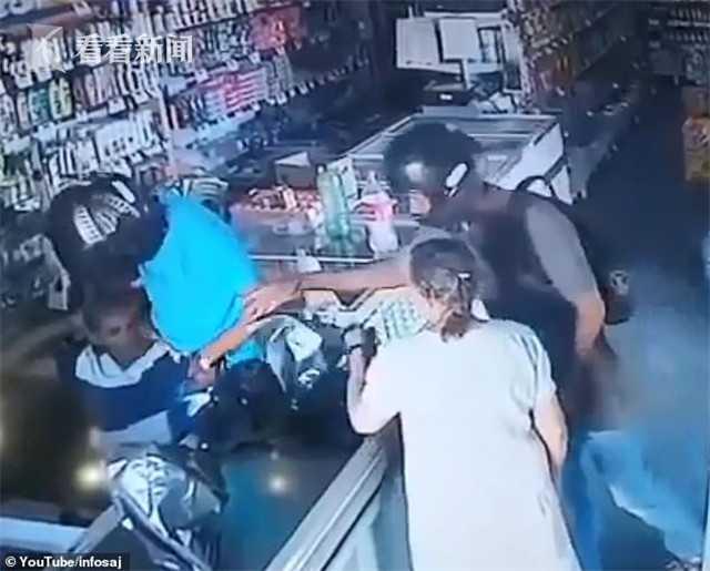 劫匪抢药店拒收老人钱还亲吻她 网友:留下了DNA