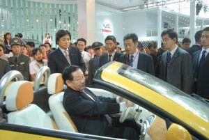 08北京车展:科技部部长万钢参观奇瑞展区