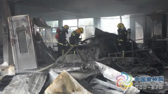 常州汽修厂烤漆房着火 大众轿车被烧成空壳