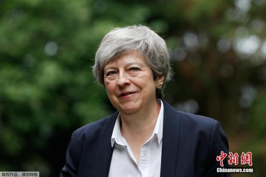 特蕾莎·梅现身议会吁支持新脱欧协议 不小心笑场