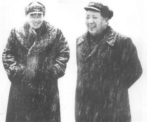 1953年,罗瑞卿陪同毛泽东在雪中视察