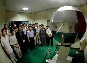 参观我国第一颗人造卫星——东方红一号
