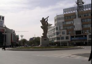 """敦煌街头的雕塑""""反弹琵琶会乐天"""""""