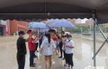 """雨中情 """"雨中为高考生撑伞"""" 山东省实验中学现爱心快闪"""