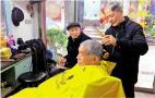 """30年低价理发3万人次 """"3元师傅""""有把温暖剃刀"""