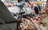 拿到驾照头一次开车,女司机撞塌路边店