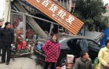 女司机第一天上路就拆掉了一家商店