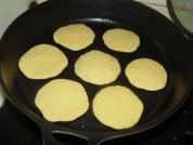 7.平底锅内抹油,将其码在锅内,小火慢慢焙。