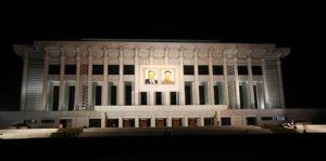 """朝鲜平壤""""4·25广场""""的议事堂夜景"""
