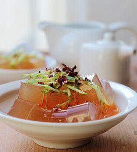 4. 将泡椒、大蒜、生抽、香醋、白糖(偶一般都用白糖代替味精了)、盐、麻油调成小半碗料汁。