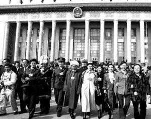 第一次会议的代表走出人民大会堂
