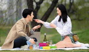 崔始源和刘雯进行了一次浪漫野餐