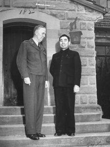 美国陆军参谋总长、五星上将乔治·卡特莱特·马歇尔和周恩来