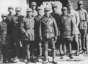 1941年9月,韦国清与陈毅等合影