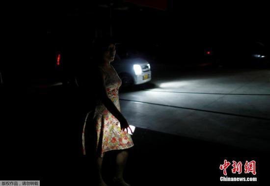日本千叶县查访台风受灾情况 4万余户仍处停电状态