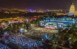 西安交响乐团户外公演:数万观众雨中唱响《歌唱祖国》