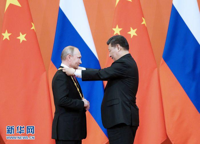 """6月8日,中华人民共和国""""友谊勋章""""颁授仪式在北京人民大会堂金色大厅隆重举行。国家主席习近平向俄罗斯总统普京授予首枚""""友谊勋章""""。"""