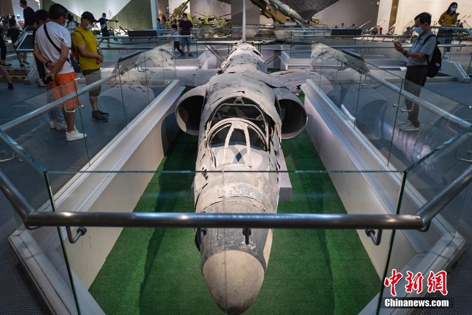 市民在军博参观美制U-2高空侦察机残骸展品