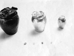 """辽滨塔中宫出土文物:木函内的铜罐、银罐、金罐,以及5颗五色""""舍利子""""。"""