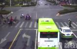 残疾男子腿脚不便 车流静待辅警护送其过马路(视频)