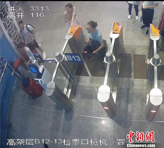 女乘客广州南站强行冲闸阻碍高铁正常发车 被拘留9日