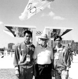 李宝进(左一)