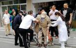 八旬老人散步路上摔倒 热心民警及时伸出援手