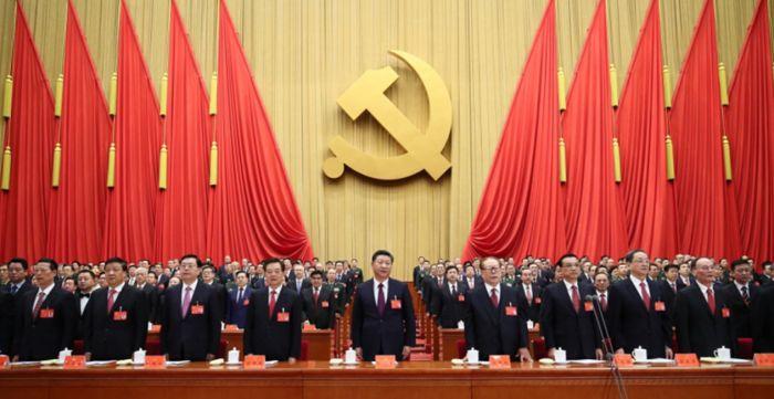 10月18日,中国共产党第十九次全国代表大会在北京人民大会堂开幕。这是习近平、李克强、张德江、俞正声、刘云山、王岐山、张高丽、江泽民、胡锦涛在主席台上。新华社记者 兰红光 摄