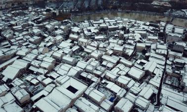 Cold wave brings snowfall to Hongcun Village, China's Anhui