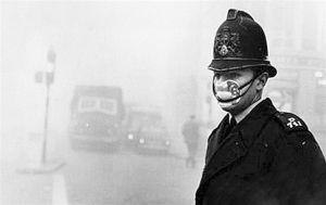 伦敦大雾中指挥交通的警察