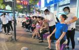 南京市民街头免费体验推拿