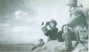 1953年春反登陆作战准备时, 邓华在朝鲜人民军军军官陪同下,视察朝鲜海防