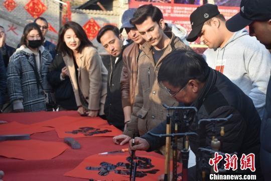 外国留学生运城体验圣火祈福 体味民俗中国年