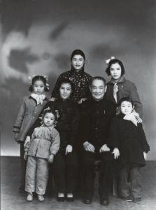 1950年,程潜与夫人和孩子们的全家福,前排左一为小女程丹,右一为四女程欣,后排左为三女程文,中为长女程熙,右为次女程渝