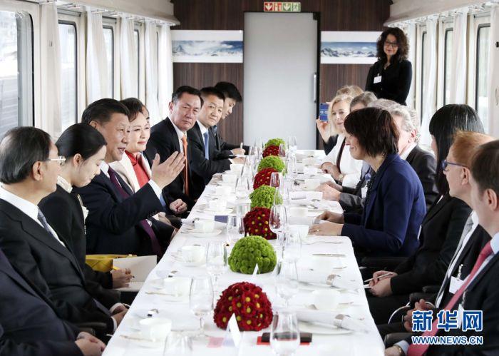 1月15日,国家主席习近平在瑞士联邦主席洛伊特哈德陪同下,乘坐瑞士政府专列自苏黎世前往瑞士首都伯尔尼。在专列行进过程中,习近平和夫人彭丽媛受洛伊特哈德主席夫妇邀请,在轻松愉快的氛围中品茶畅谈。